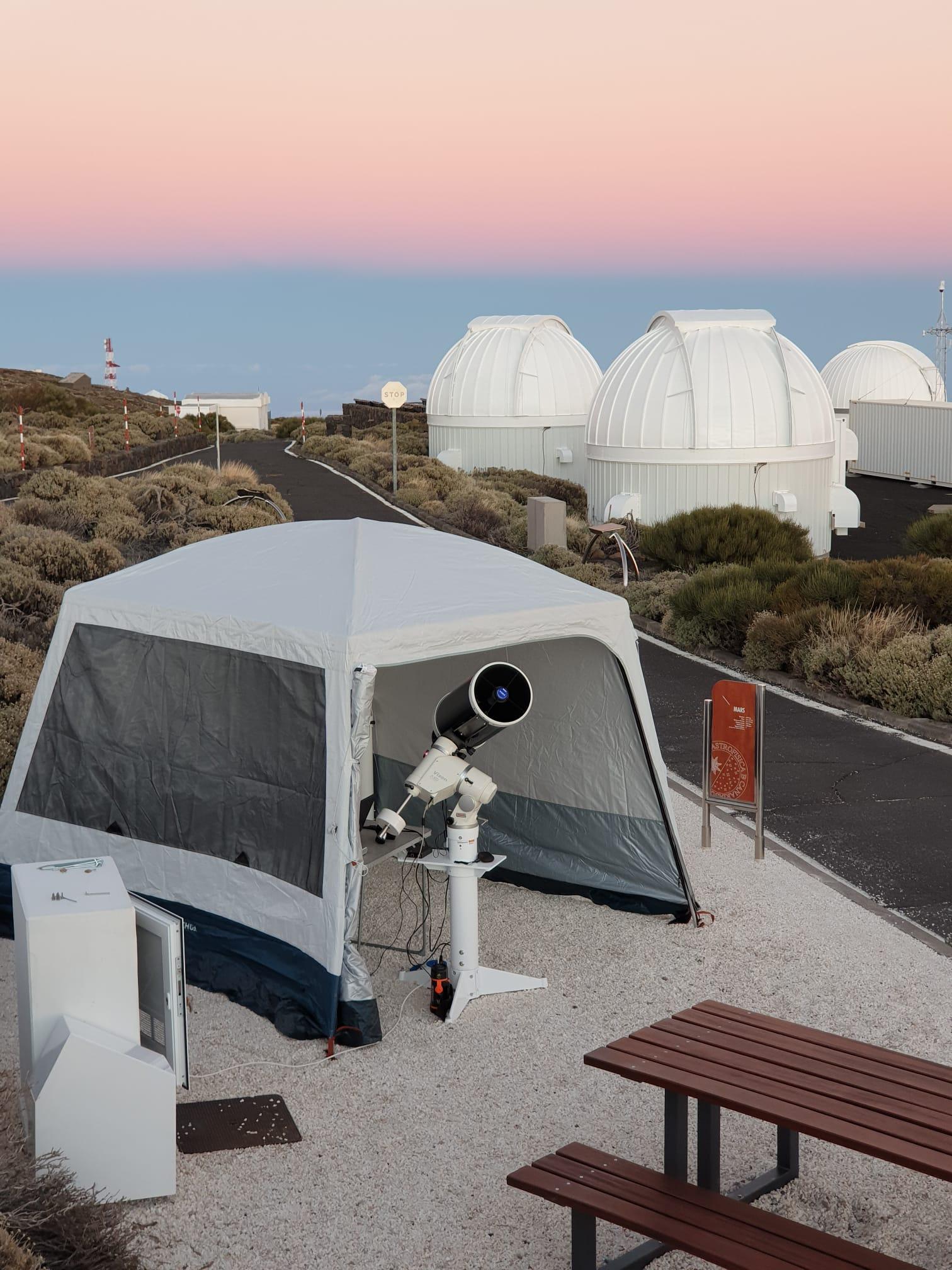 La instrumentación utilizada fue un telescopio de 26cm de apertura, una cámara de 16 megapíxeles y una rueda de filtros (LRGB). Se tomaron miles de imágenes de 10ms a unas decenas de 20s para poder mostrar los detalles del brillante Júpiter hasta la extremadamente débil luna de Saturno Hiperión (Mimas y Encélado quedaron ocultos por el brillo de Saturno).