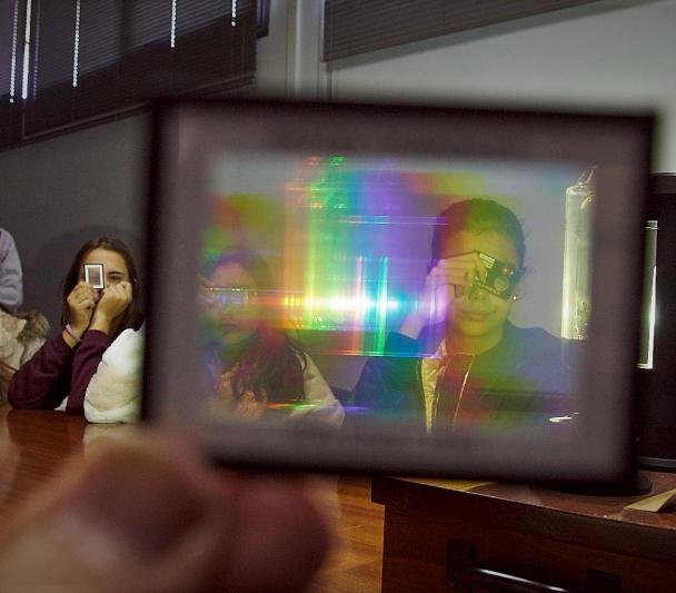 "Student experimenting with diffraction gratings during the light workshop of the program ""Our Students and the ORM"""