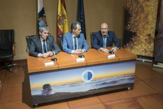 The Minister of Science, Innovation and Universities, Pedro Duque, accompanied by the President of the Government of the Canary Islands, Fernando Clavijo (left) and the director of the Instituto de Astrofísica de Canarias, Rafael Rebolo (right). Credit: I
