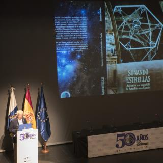 "Franciso Sánchez inaugurates the conference ""50 años de thesis doctorales en el IAC"""
