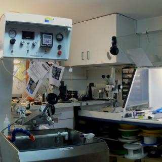 Panoramic view of the Fibre Optics Laboratory. On the left, machine to place the materials to be polished with control knobs on the upper part and workbenches with gas extractor hoods on the right