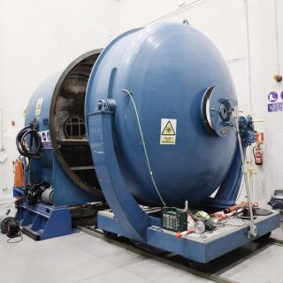 General view of the aluminizing plant. Cylindrical machine of 3 m diameter open to allow the placement of a mirror in its interior
